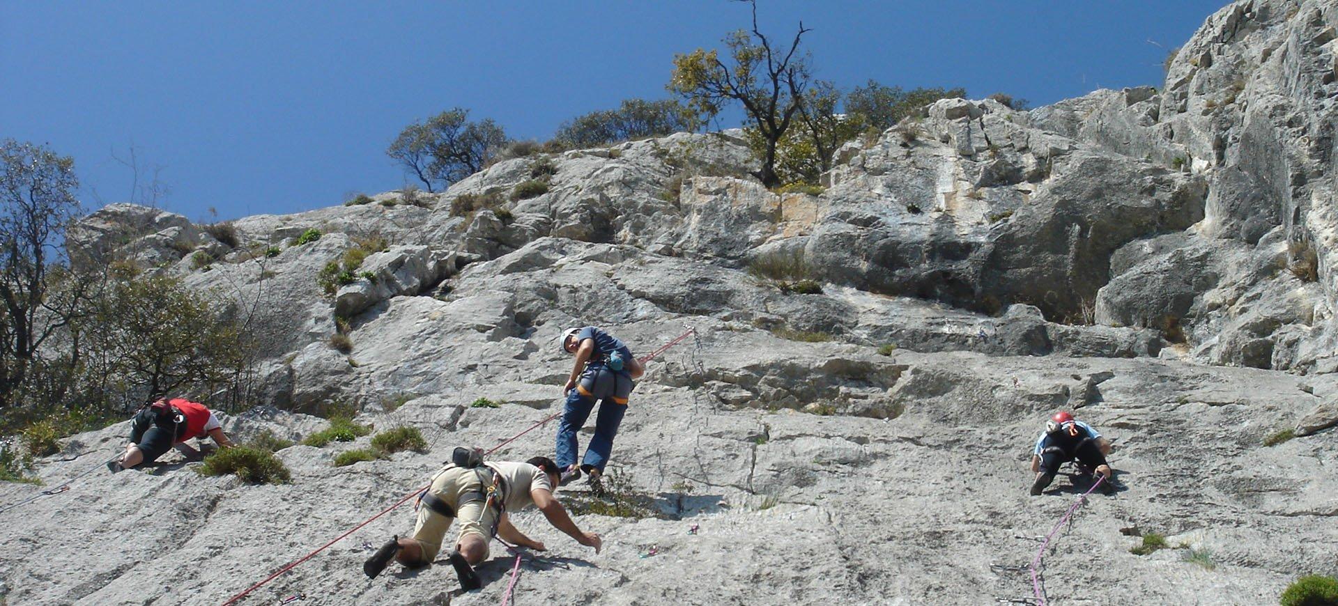 Practica la escalada en la Sierra de Gredos, con todas las facilidades desde La Posada de los Sentidos, cursos de iniciación y escalada clásica en los que podrás disfrutar de la naturaleza y la aventura de la mano de los mejores guías y profesionales.
