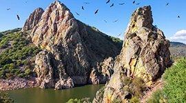 Ven a conocer el turismo rural de Extremadura; te guiamos por los lugares más bellos de la región desde La Posada de los Sentidos. Visita el parque Nacional de Monfragüe y entra en contacto con la naturaleza, la flora y la fauna de un lugar mágico.