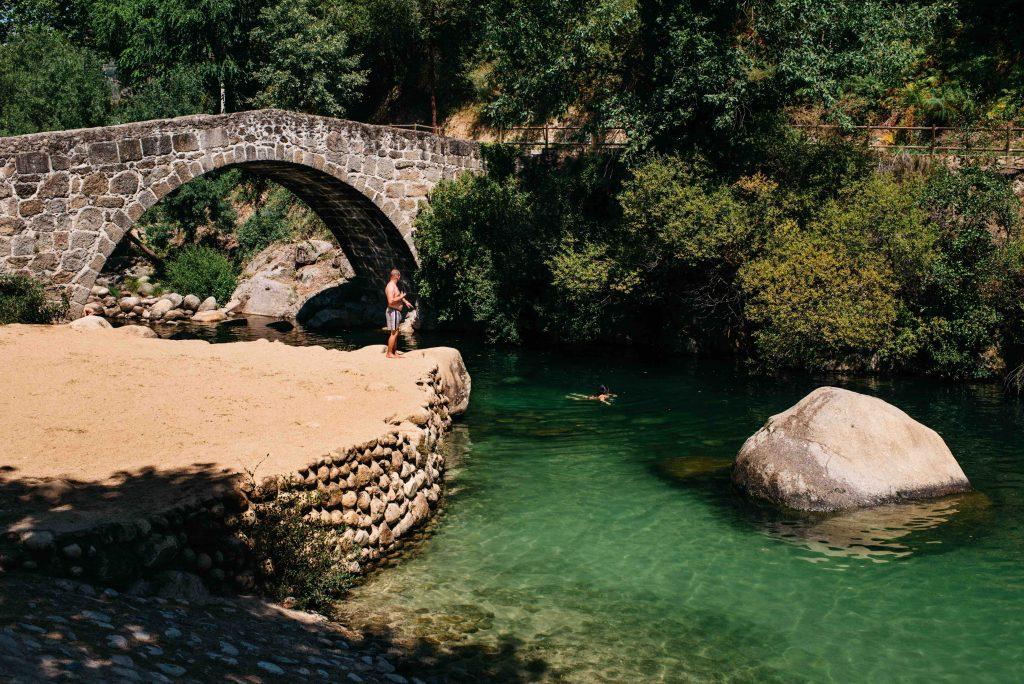 Disfruta del baño en el entorno natural privilegiado de la piscina natural de puente Parral , en la Garganta Jaranda. Lo auténtico a tu alcance gracias al turismo rural de Extremadura.