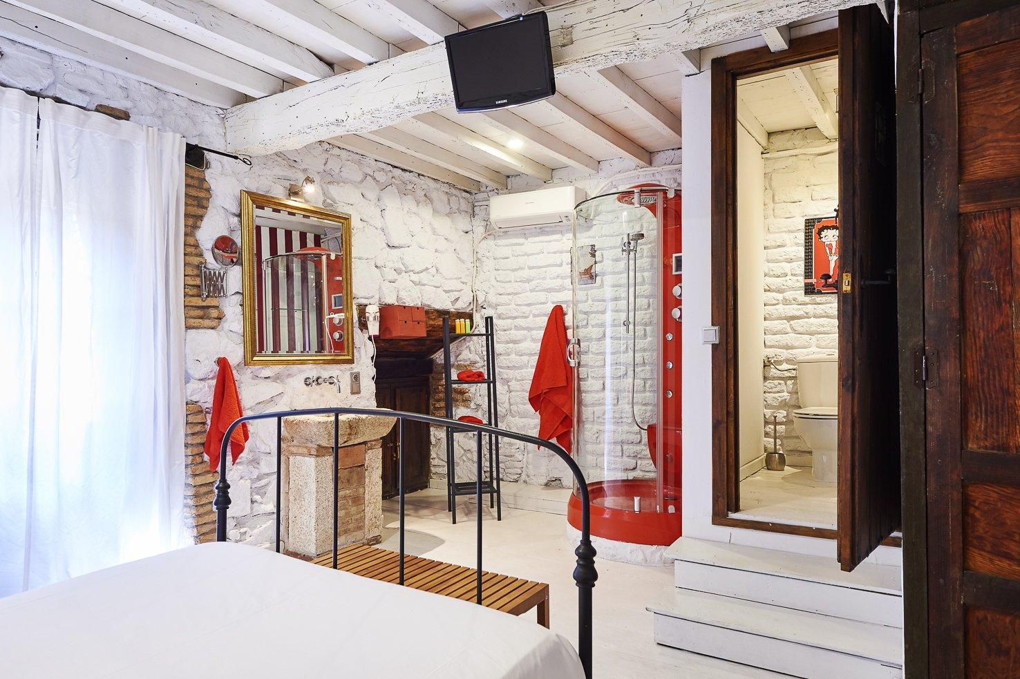 Habitación romántica, ideal para parejas que quieran una escapada de fin de semana o celebrar algún aniversario. Habitación exterior con balcón y vistas al casco antiguo. A La Calle Machin 19 en Jarandilla de la Vera (Cáceres).