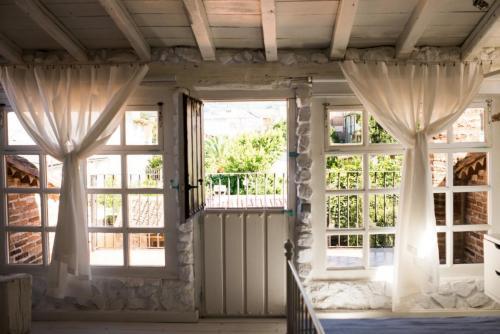 Habitación nº 4 detalle de la cama y pared de adobe, madera y piedra blanca 3
