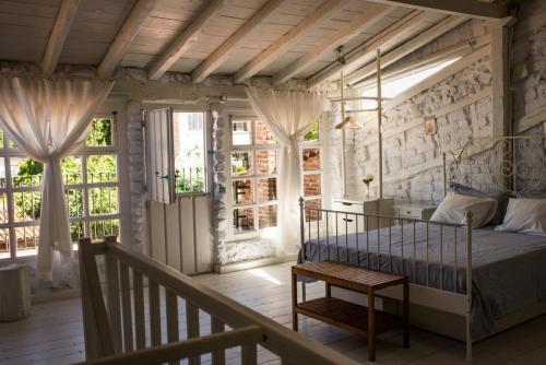 Habitación nº 4 detalle de la cama y pared de adobe, madera y piedra blanca 5
