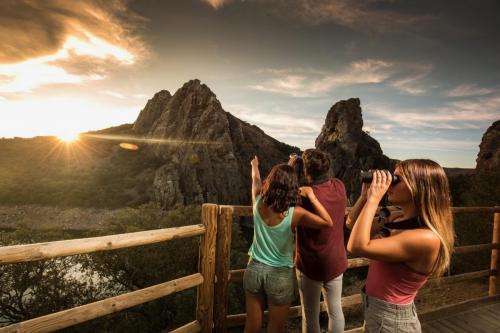 El Parque NAcional de Monfragüe: Superficie: Superficie total: 18.396 ha. Zona periférica de protección: 97.764 ha. Área de influencia socioeconómica: 195.500,53 ha. Provincia: Cáceres Comunidad Autónoma: Extremadura Coordenadas localización (Latitud, Longitud): 39° 52' 56'' N, 6° 06' 26'' O 39° 42' 22'' N, 5° 45' 14'' O Monfragüe, es Parque Nacional con 18.396 hectáreas desde julio de 2003 se la calificó como Reserva de la Biosfera. Se encuentra en el norte de la región de la provincia de Cáceres, en el triángulo que formarían las conocidas comarcas y ciudades de Plasencia, La Vera y Cáceres. Su eje vertebrador lo constituye el río Tajo a su paso por suaves montañas rodeadas de extensas dehesas.