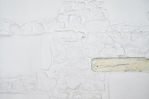 ¿Qué ver y hacer en Vera (Cáceres) y Alrededores ?Jarandilla de la Vera ofrece al viajero un entorno natural, ruta con orquídeas y mariposas. Detalle de la pared Juglar o nº 1 de la piedra y madera pintada de blanco