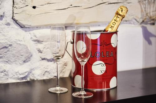 Champagne: Moët y cubitera muy fría, dos copas y vosotros dos. No necesitas nada más, solo una bonita y romántica habitación con una gran cama. Puedes acompañar tu velada con un plato de jamón para reponer fuerzas. ¡¡Seguro que las necesitará!!