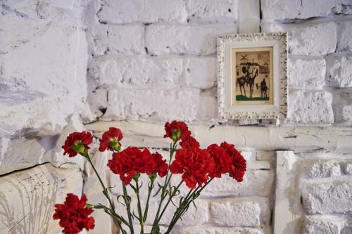 ¿Qué ver y hacer en Vera (Cáceres) y Alrededores ?Jarandilla de la Vera ofrece al viajero un entorno natural, ruta con orquídeas y mariposas. Flores Frescas, detalle de la habitación en piedra, adobe y madera, pintado de blanco. Turismo rural en Jarandilla de la Vera (Cáceres).