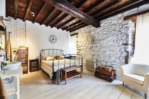 Escapada fin de semana a una casa rural en Jarandilla de la Vera (Cáceres) en la comarca de la Vera (Extremadura). Un ensueño en plena naturaleza, sin aglomeraciones y con todo tipo de comodidades, en un ambiente íntimo y acogedor a pocos kilómetros de Cáceres, Plasencia, Valle del Jerte y las Hurdes. Habitación nº2 muy amplia y luminosa. Un bonito techo y suelo de madera, paredes en piedra y adobe blanco. Balcón con vistas al casco antiguo en la C/ Machin 19.