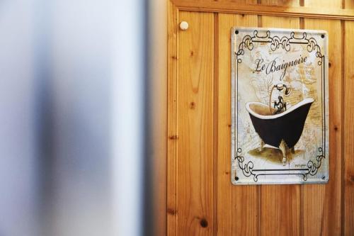 Habitación del Obispo o nº3. Sauna y ducha de vapor privada en la casa rural La Posada de los Sentidos en la comarca de la Vera (Cáceres). Una bonita habitación con baño completo y sauna con ducha de vapor privada. Vistas a la sierra de Gredos y al jardín de la casa. Habitación muy luminosa y confortable. decoración en color blanco y materiales de piedra, adobe y madera. Buscamos clientes que valoren nuestros principios y el cuidado del medioambiente. Turismo sostenible y mejore el entorno para nuestras generaciones venideras, dehesas, sierras, pueblos, gargantas y arroyos.
